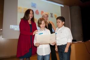 Η Αντιδήμαρχος για το Παιδί του Δήμου Αθηναίων Μαρία Ηλιοπούλου απονέμει βραβείο στο Πειραματικό Σχολείο του Πανεπιστημίου Αθηνών